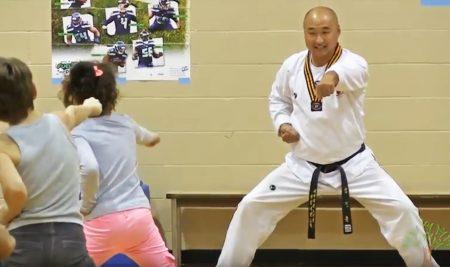 Browne 초등학교에서 태권도를 가르치고 있는 김정훈 관장